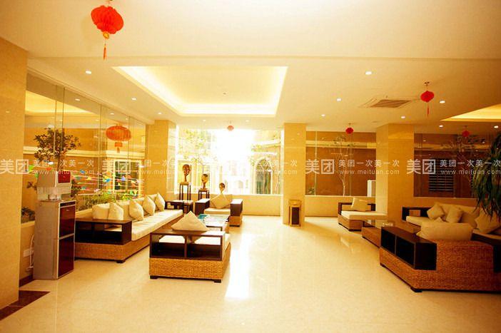 副楼为欧式风格,咖啡色的隔板为背景